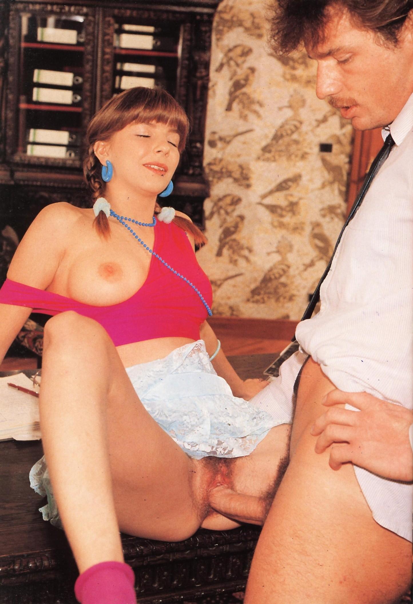 Практикантка Лакки решает соблазнить строгого начальника, чтобы ее стажировка прошла более успешно и легко
