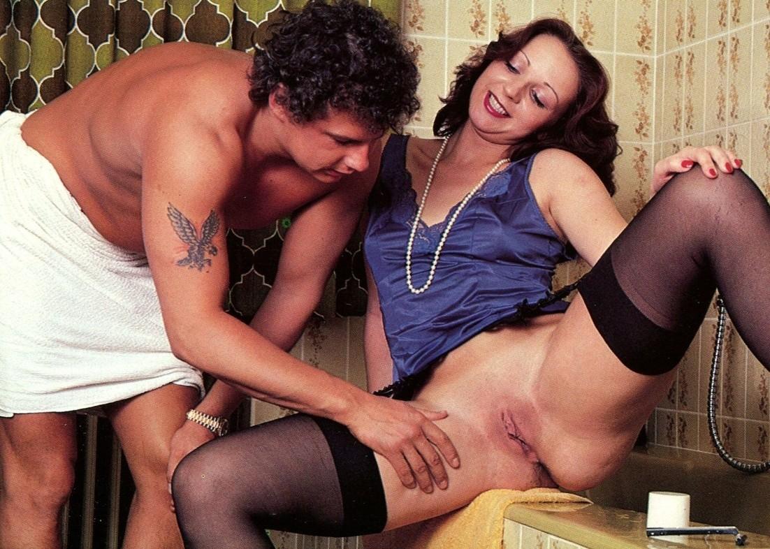 Женушка бреется, пока муж принимает душ, но вот он увидел ее голую киску и сильно возбудился