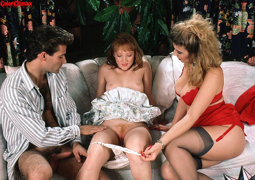 Девушка, обожающая леденцы приходит в гости к развратной паре, где они учат новенькую всяким премудростям секса