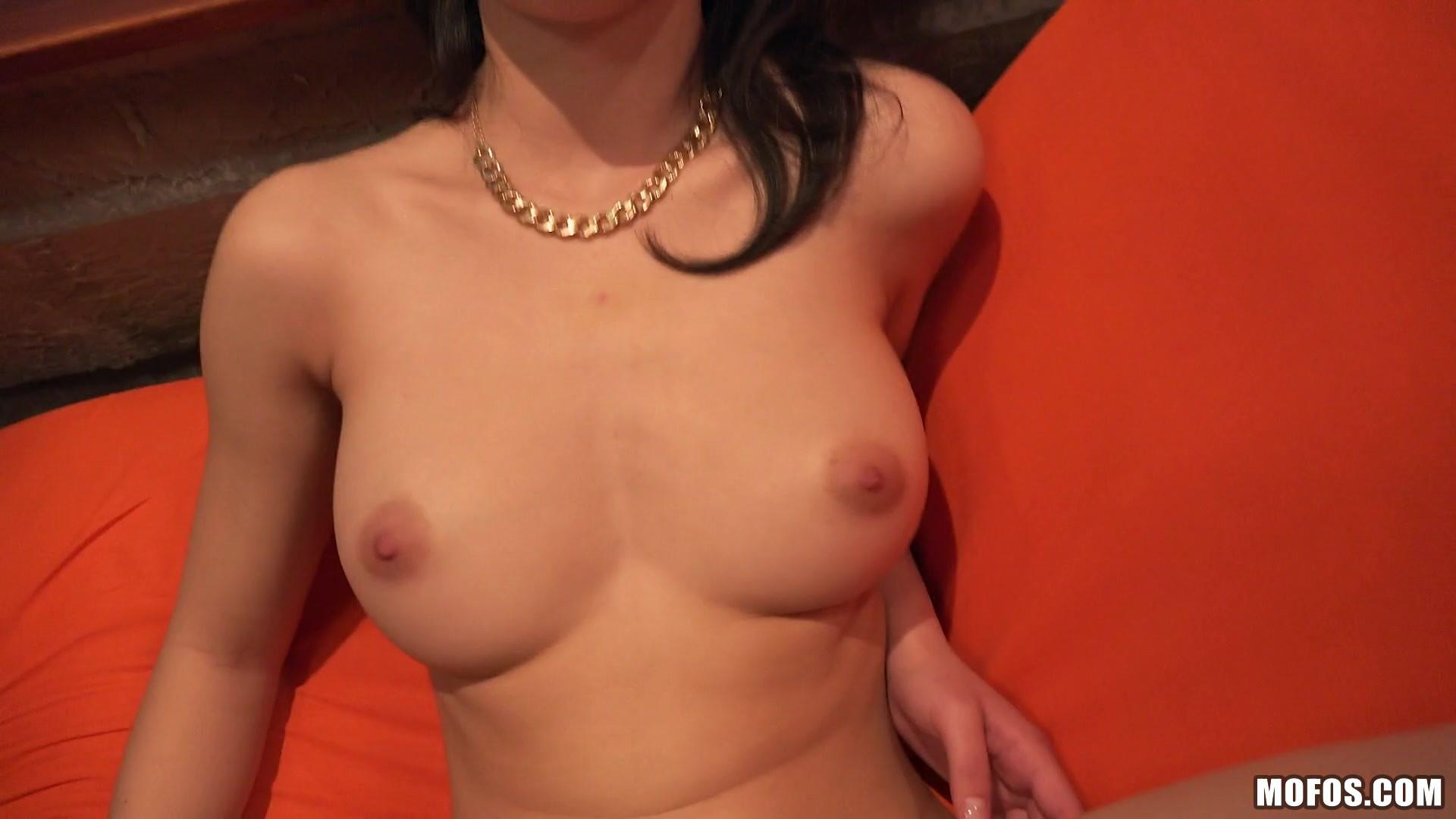 Сьюзи Белл веселая девушка, она любит не только с парнями развлекаться, но и быть третьей  в сексе с парой