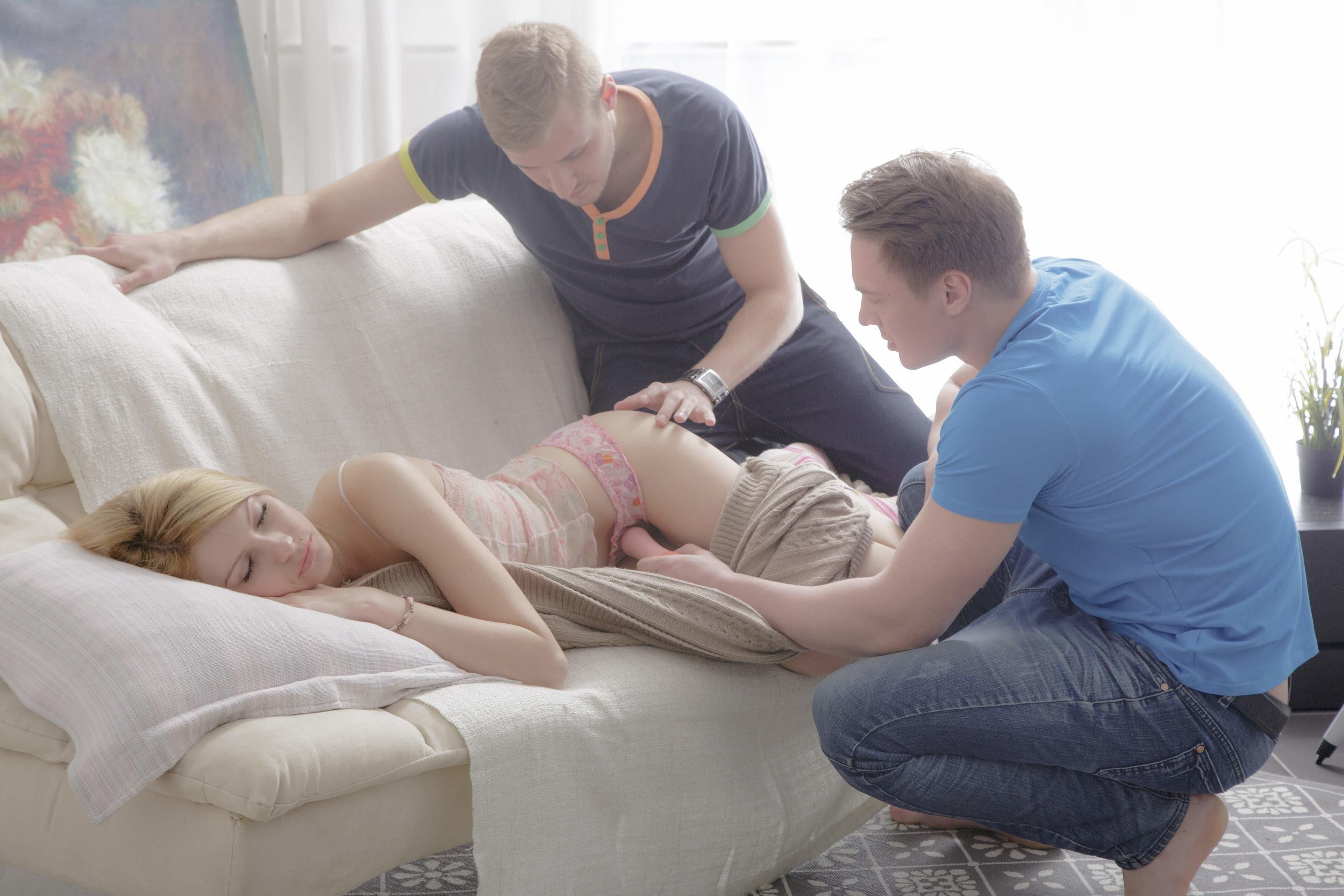 Сладкая блонда Джули спала, пока ее друзья не разбудили ее своим вибратором, после они хорошенько отодрали ее дырки