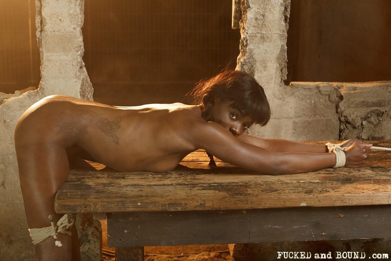 Связанную негритоску Анну Фокс отымели в ее розовую щелку и обкончали пухлые губы