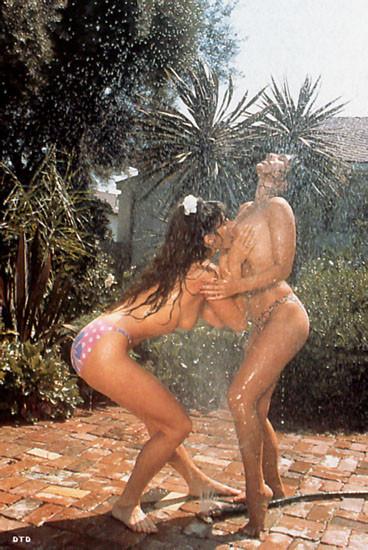 Привлекательная загорелая брюнетка любит быть связанной, невозможность двигаться во время секса очень ее заводит
