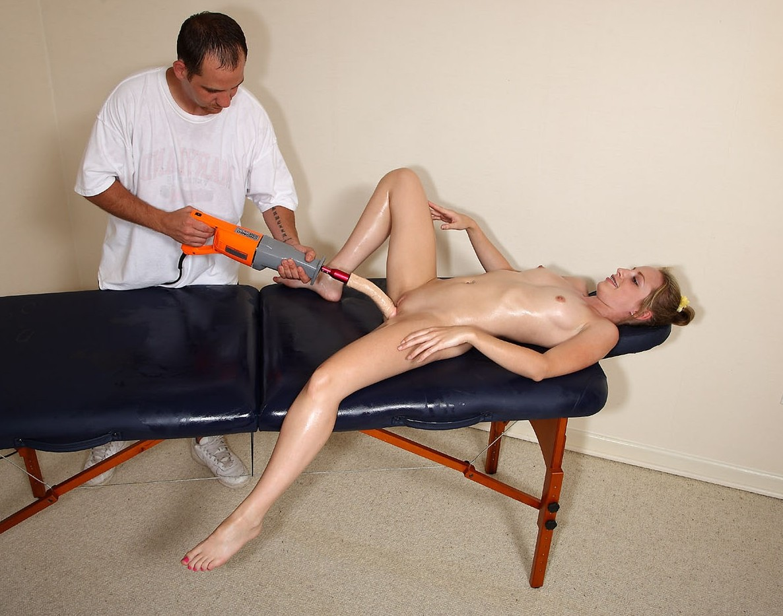 Табита попробовала эротический необычный массаж с игрушками, потом сделала такой же своей близкой подруге