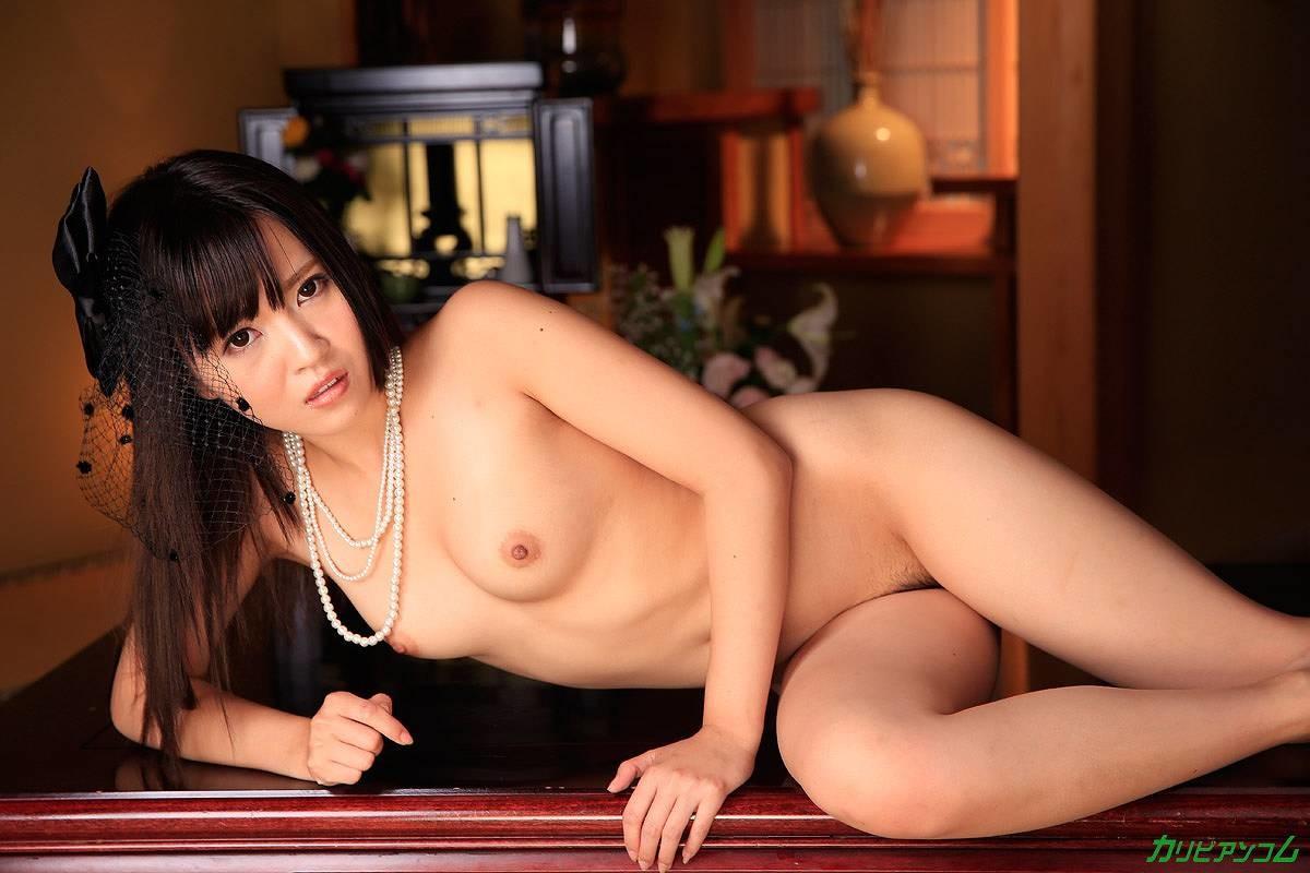 Чересчур чувствительная азиаточка громко стонет, когда к ее пизде прикасаются вибратором, мужик возбуждается от этого и хочет отсоса