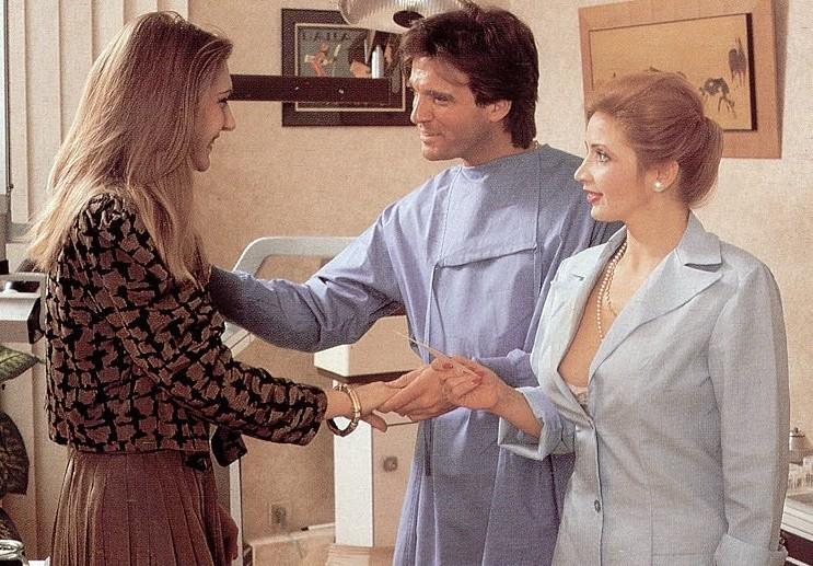 Во время посещения врача девушку выебли в задницу, медсестра же во всем помогала врачу