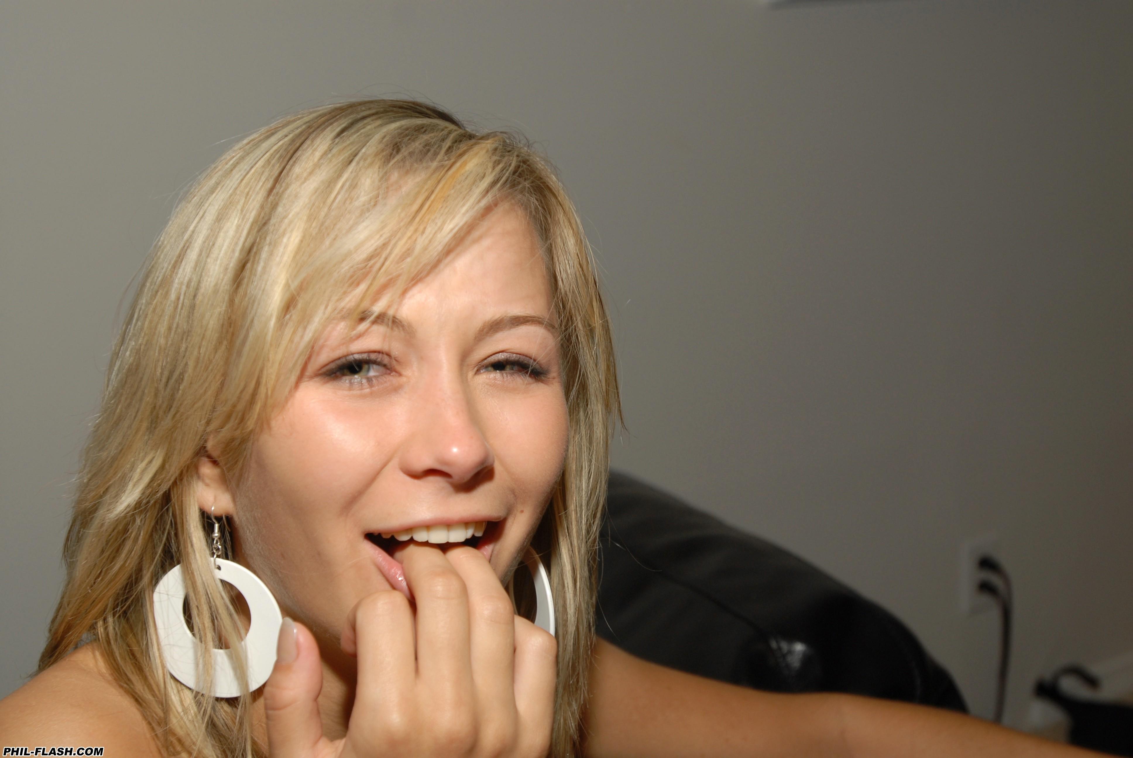 Молодая блондинка засунула пальчик в свою тугую попку