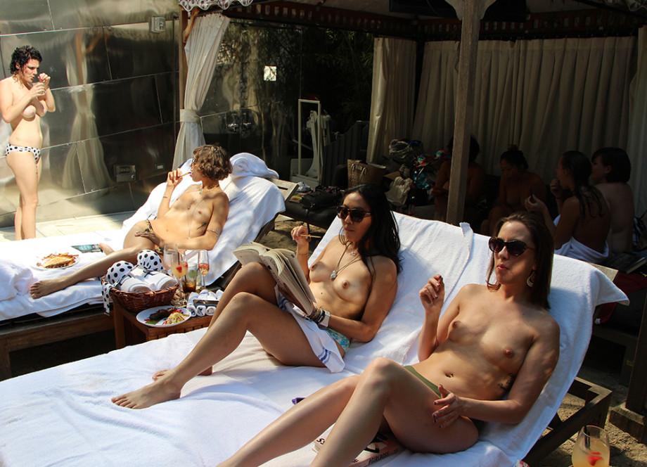 Клуба нудистов из видео