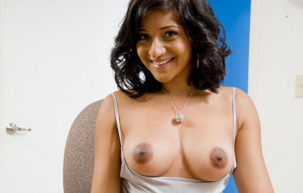 Индианка доказывает, что в ее теле бушует самый настоящий пожар – она горит желанием показывать себя без одежды
