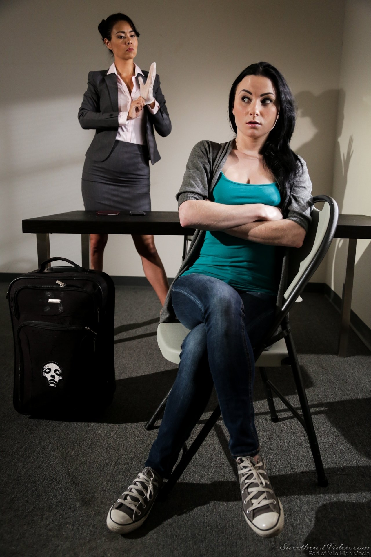Две черноволосые потаскухи поласкали киски прямо в офисе