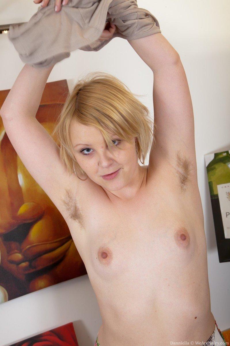 Девушка принимает разные позы, чтобы показать свою волосатую пизденку и небольшую грудь