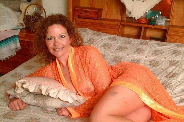 На кровати раскрепощенная матюрка пытается мастурбировать пизденку