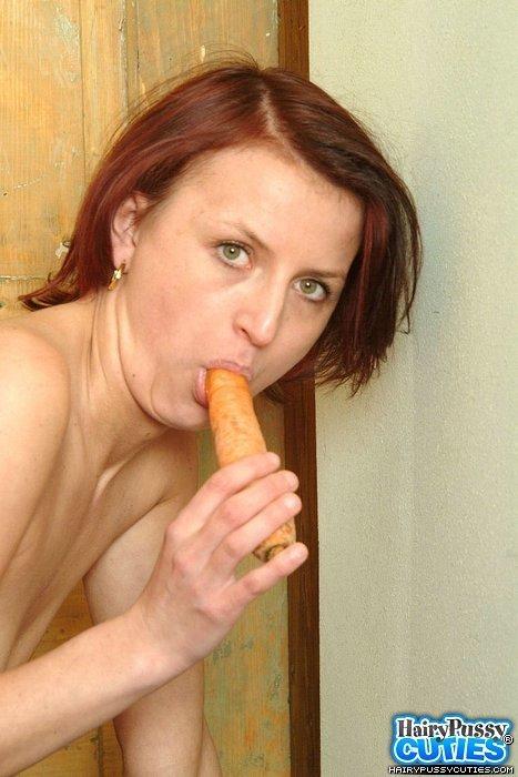 Развратнице так захотелось ощутить в своей киске что-то твердое, что она берет в руки морковку и вставляет в дырочку