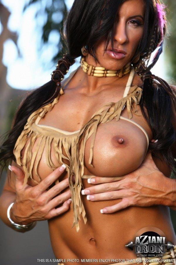Подкачанная зрелая брюнетка с большой грудью показала бритую вагину
