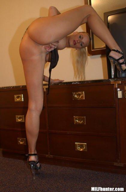 Блондинка у которой давно не было секса соблазняет парней своими формами