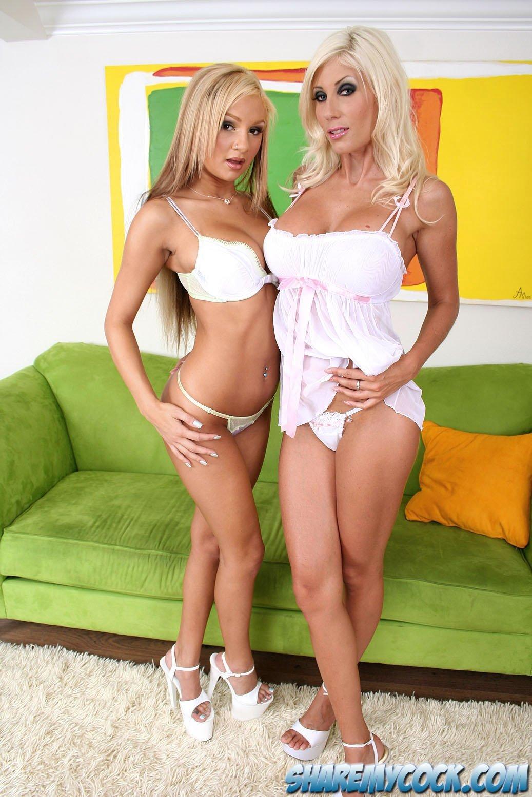 Две блондинистых лесбиянки занимаются еблей со зрелым мужиком который им заплатил