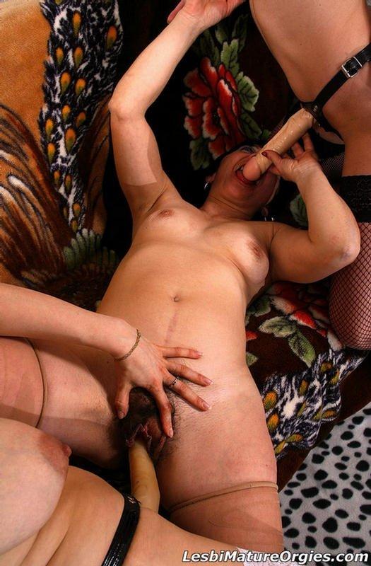Три страстные лесбиянки в красивых чулках развлеклись со страпонами