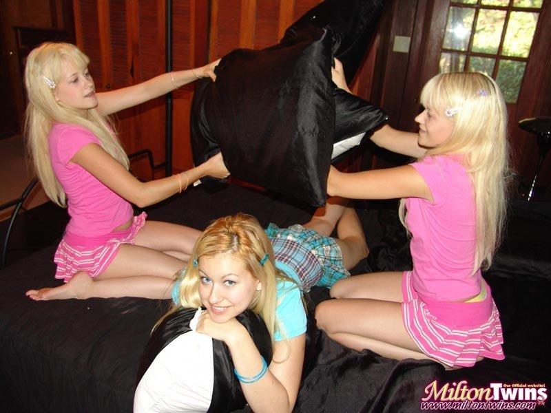 Три очаровательные блондинистые лесбиянки с мокренькими пизденками