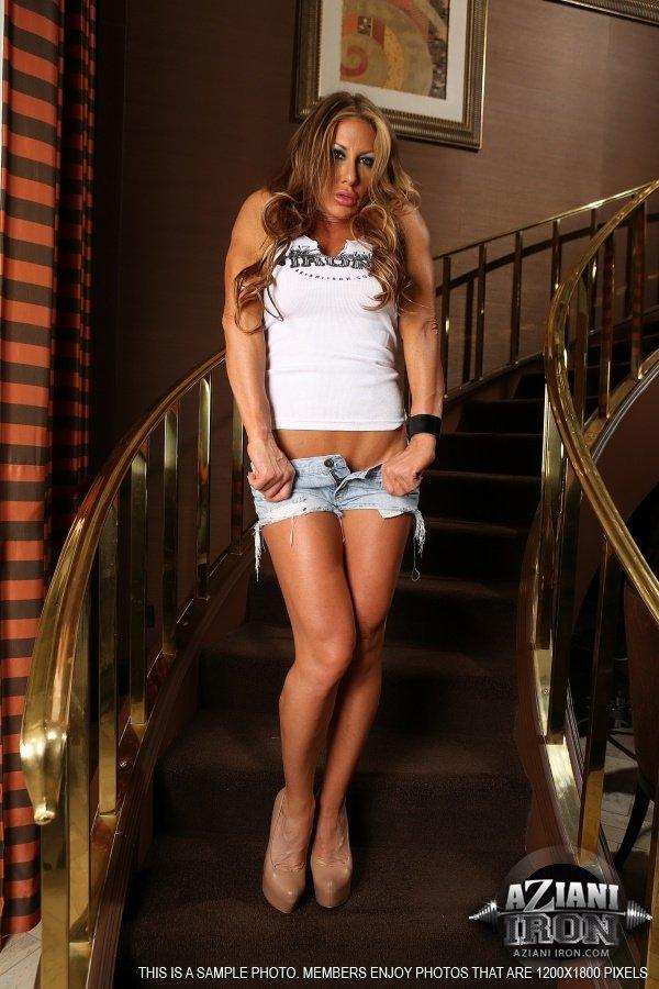 Грудастая дамочка расположилась на ступеньках и показала бритую киску