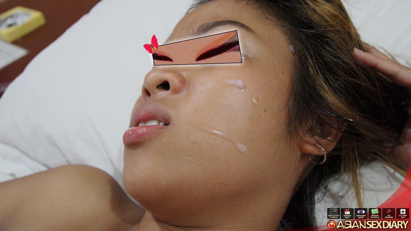 Азиатка скрывает свои глаза, зато показывает всё свое тело без стеснения – она обладает миниатюрной фигуркой