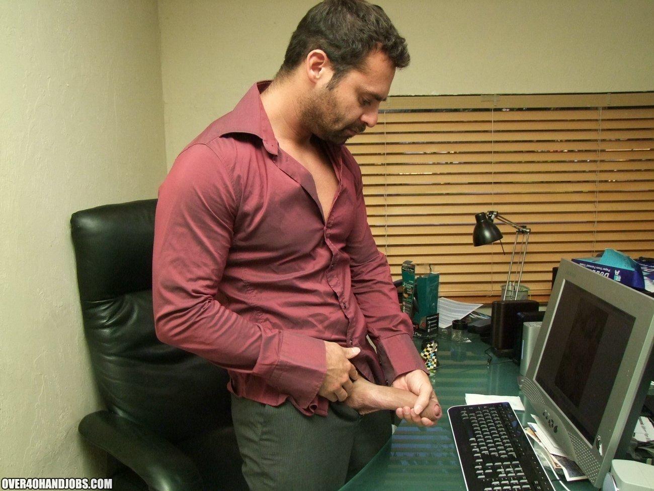 Офисные сучки в очках хорошенько дрочат пенис паренька ручками