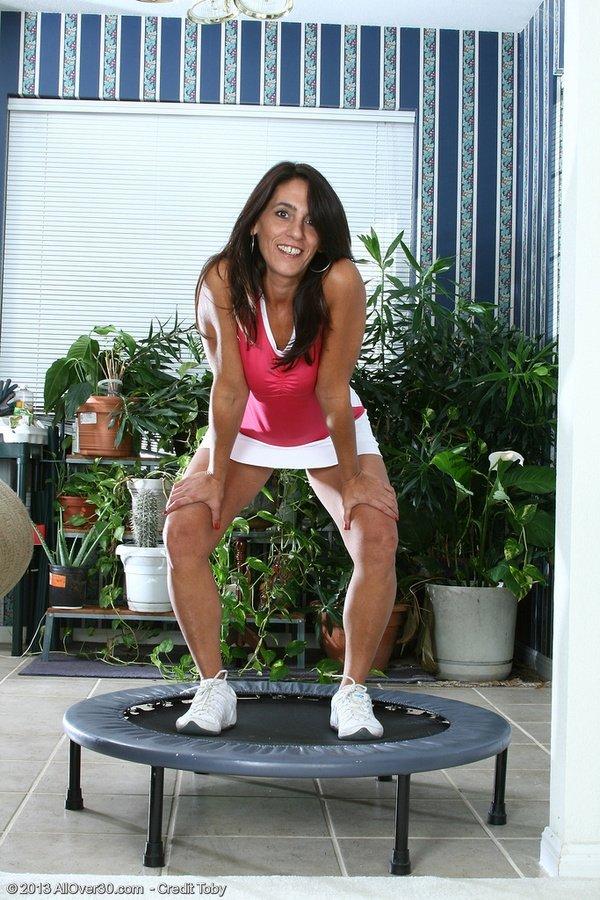 Женщина в зрелом возрасте раздвигает ноги перед камерой специально для того, чтобы показать волосатую пизденку