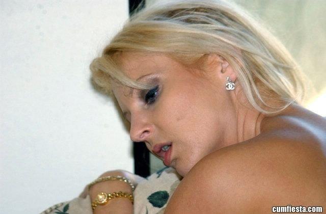 Мужик жарит в киску озабоченную блондинку и показывает ей кто в доме хозяин