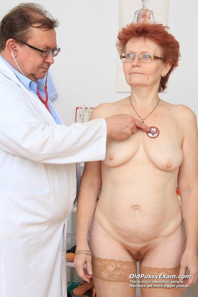 Старая рыжая сучка с волосатой пиздой на приеме у зрелого гинеколога