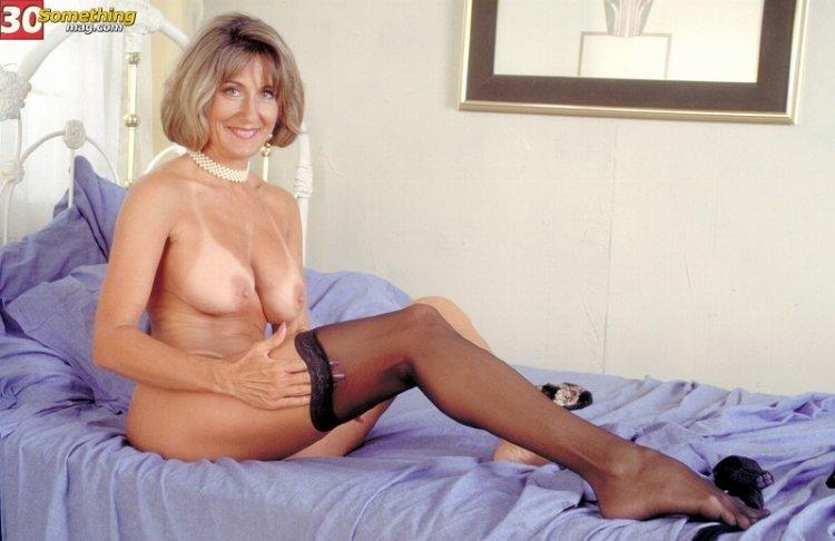 Большегрудая похотливая женщина надела чулки на ножки и подготовилась к сексу
