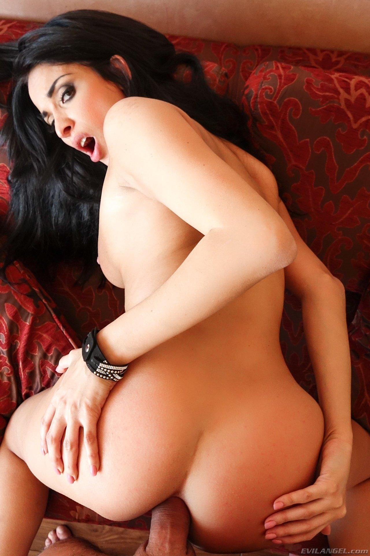 Шикарная брюнетка подставляет все свои дырочки для классного траха, а затем разрешает кончить на грудь