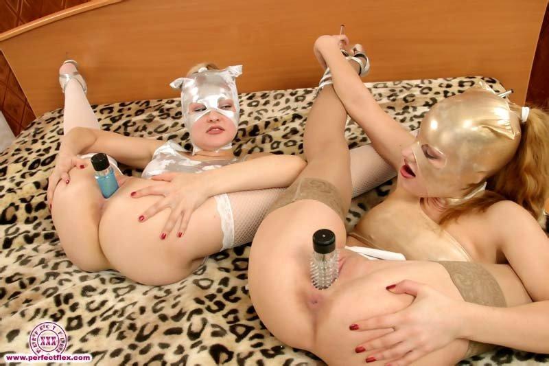На кроватке молоденькие чертовки развлекаются с эротическими игрушками