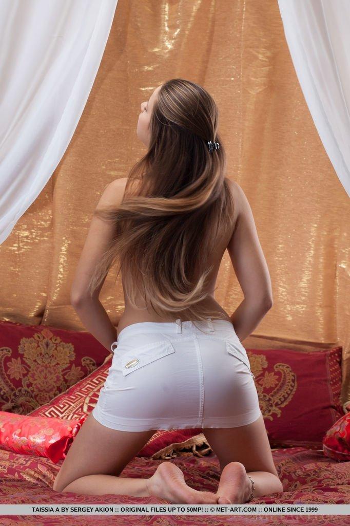 Молоденькая девушка раздевается перед камерой специально для того, чтобы показывать красивое тело