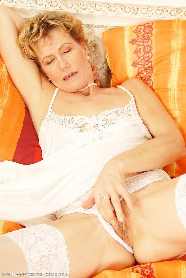 Зрелая развратница расслабилась и пальчиками по мастурбировала промежность