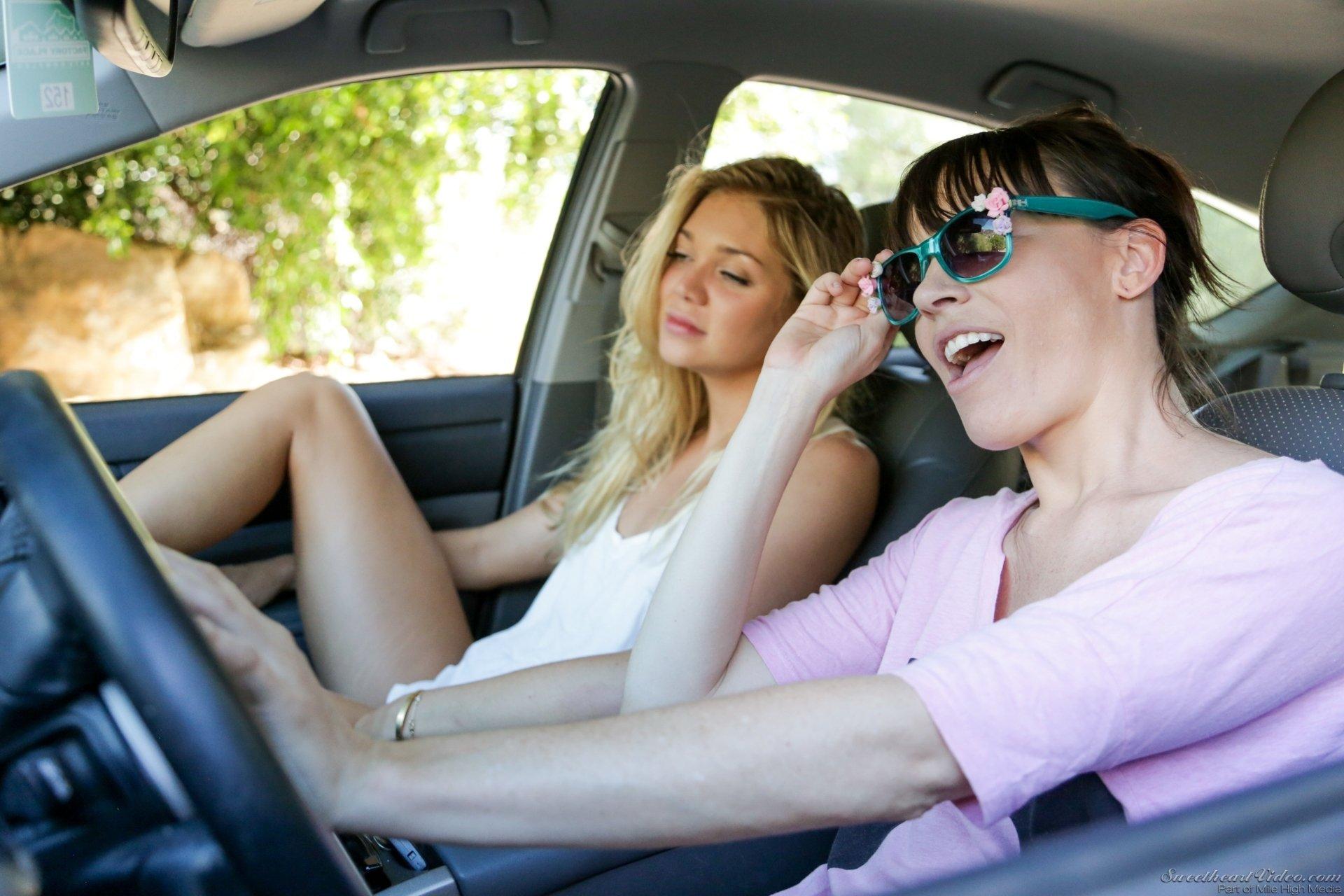 Возле автомобиля сладострастные милашки занялись лесбийскими ласками