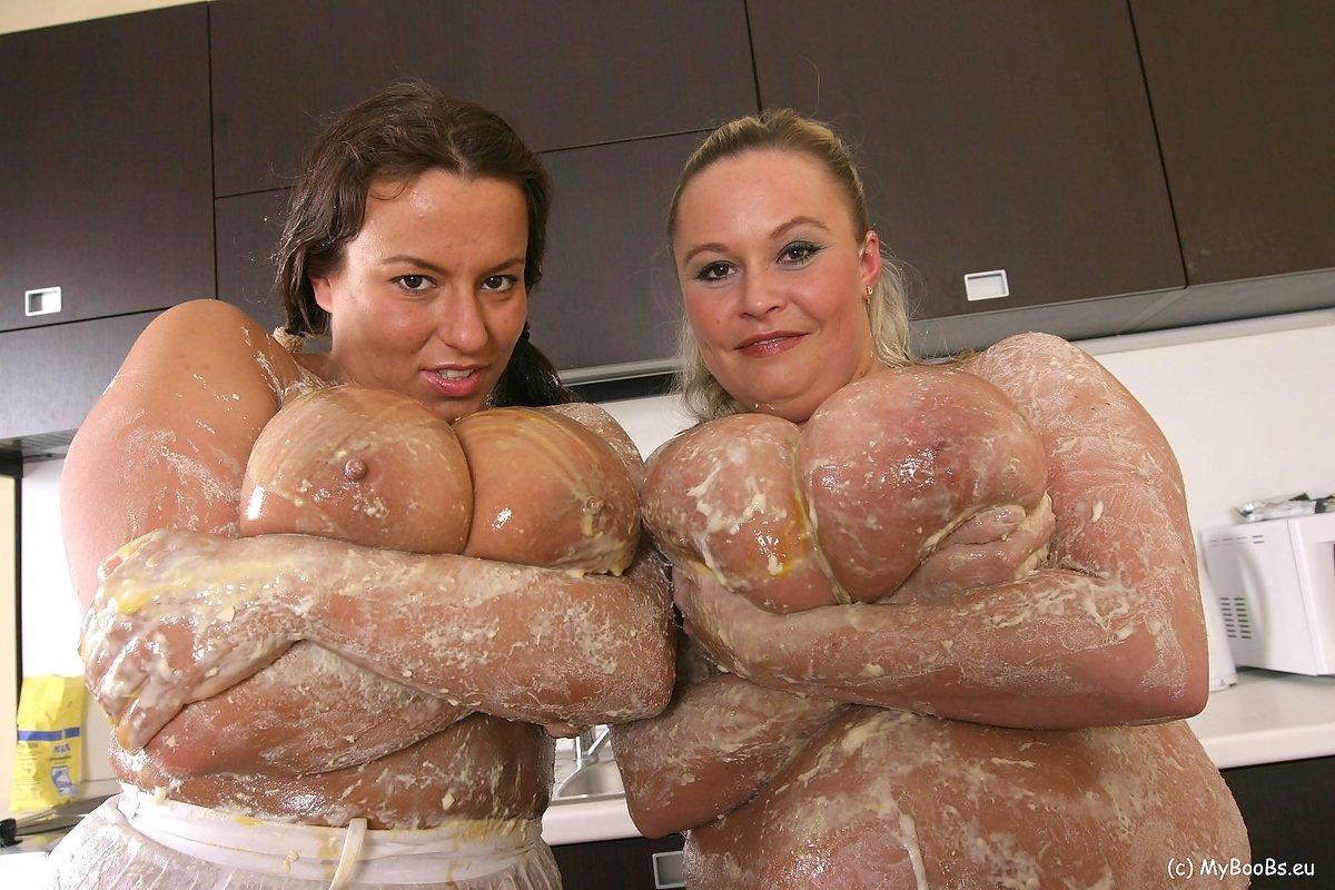 На кухне устроили разврат две милфы с очень большими натуральными дойками