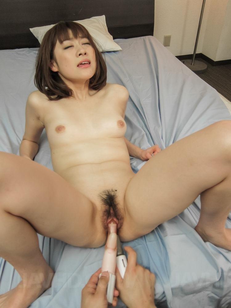 Молоденькой азиатке с волосатой киской суют секс игрушку в тугой анал