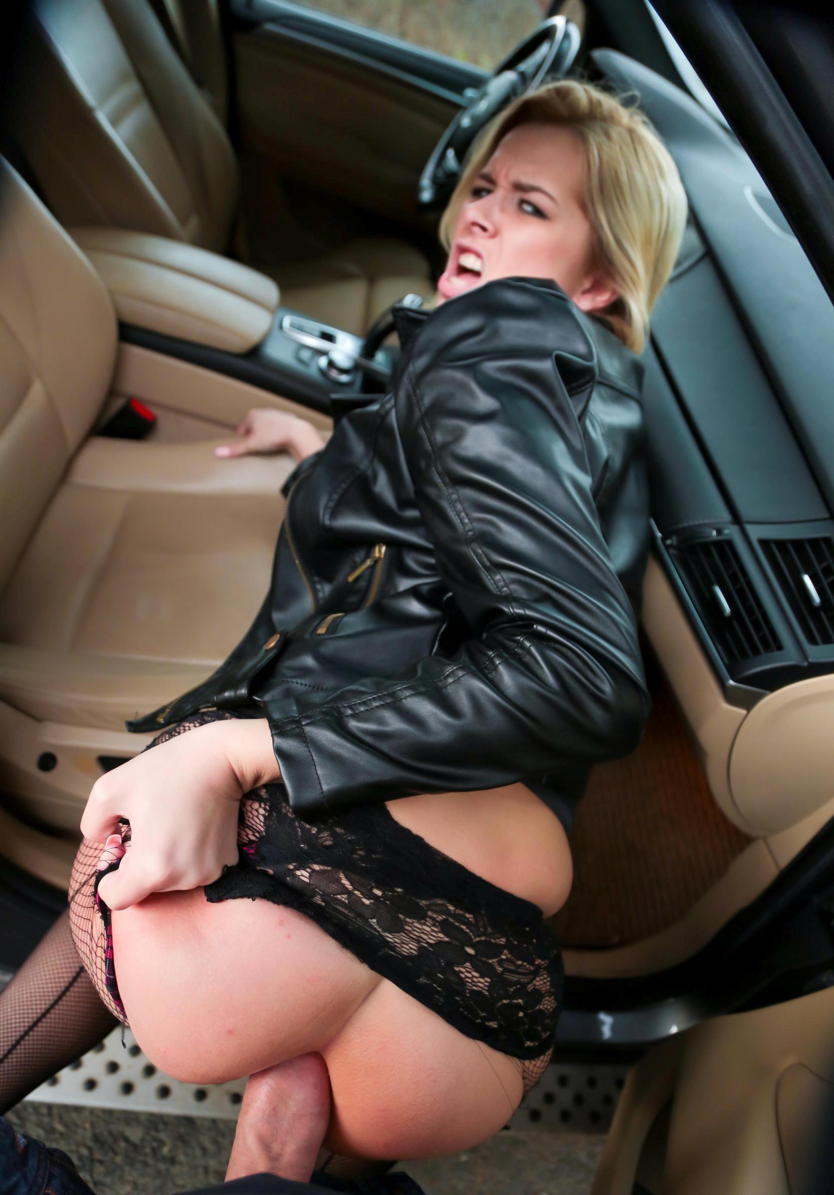 Ебет жену  в очко прямо в машине