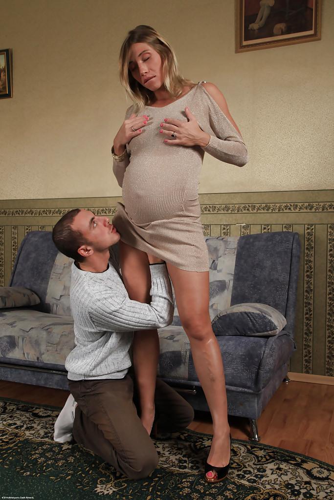 Беременная женщина дает в три дырки