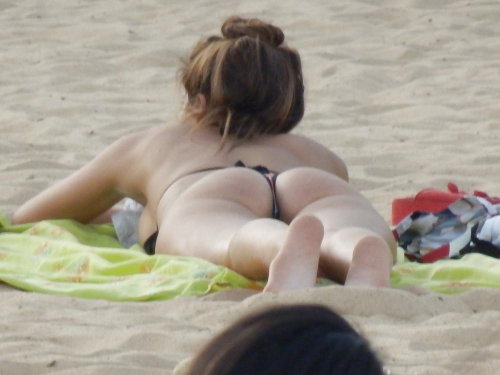 Телки в бикини на пляже в Аргентине