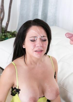 Заливают глаза брюнетке спермой