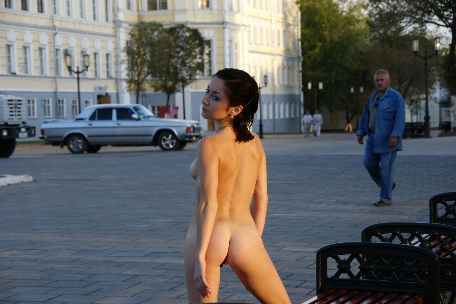 Женщина без стеснения гуляла голой по чужому городу