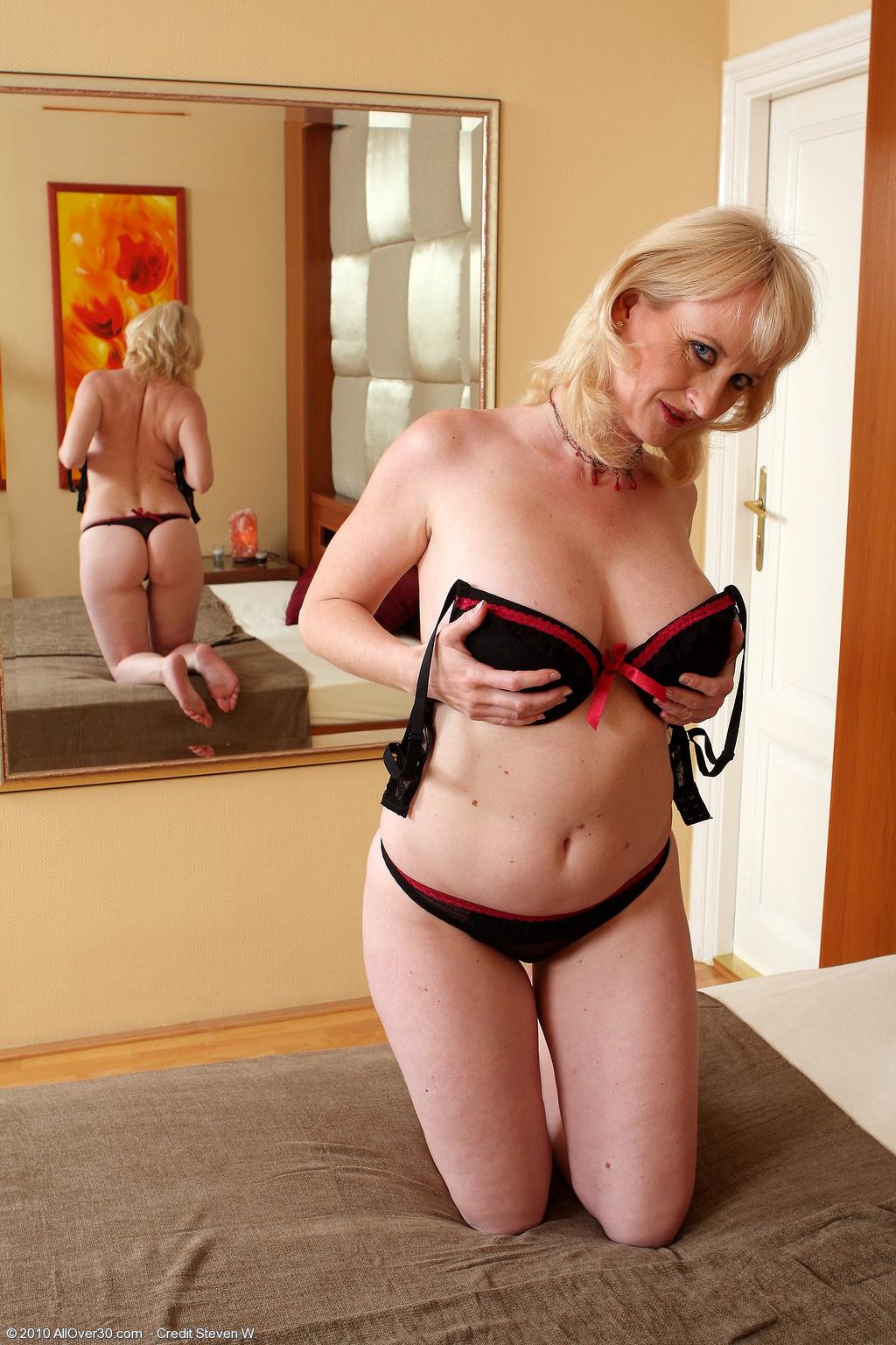 Пожилая блондинка занимается сексом