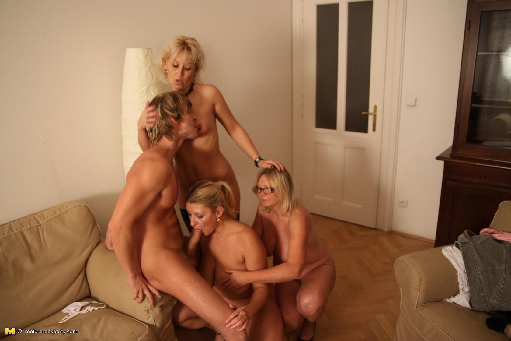 Две зрелые дамы и один мужик порно видео