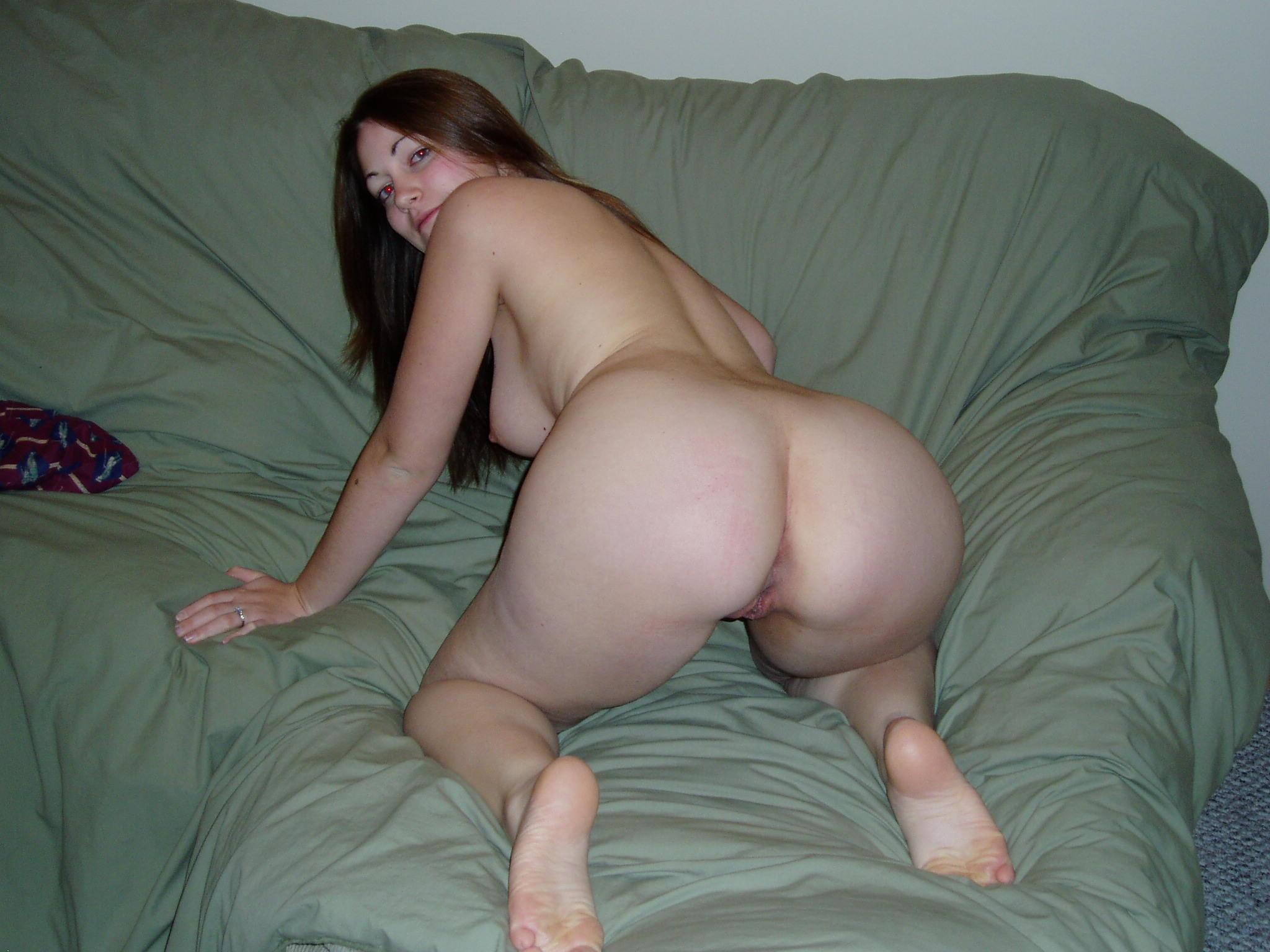 Перед сексом моя жена любит позировать, показывая сладкие дырочки