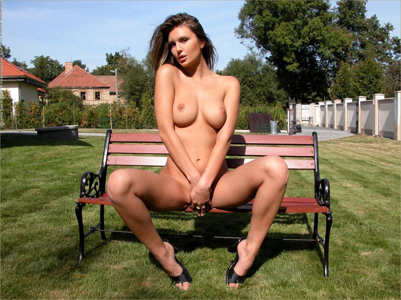 Элиска показывает пизду сидя на лавочке