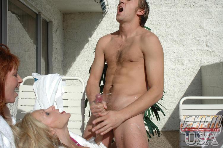 Женщина позирует мужики дрочат