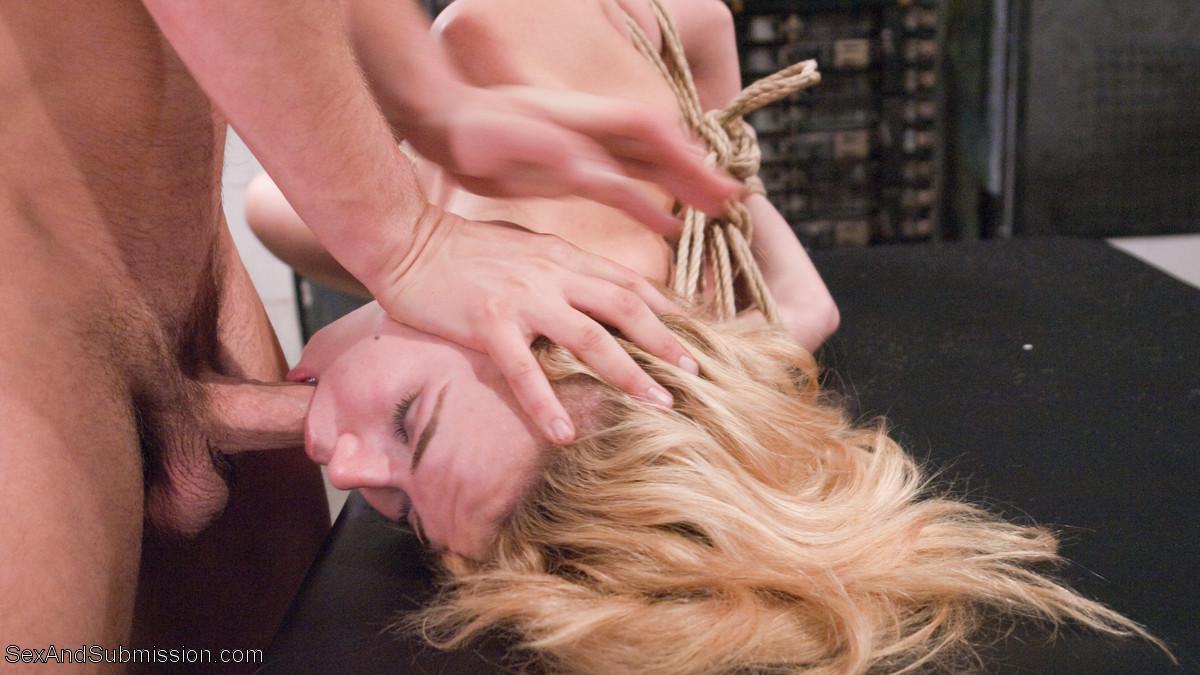 Alina West кайфует от жесткого анала