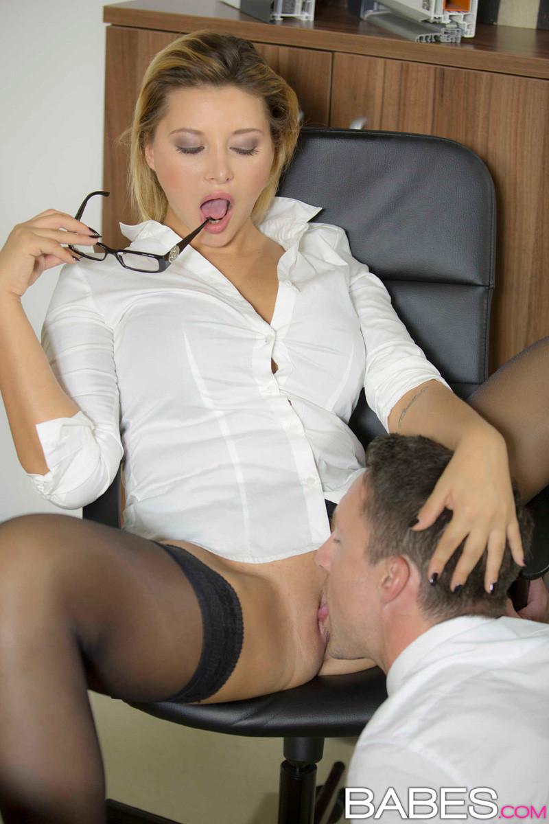 Порно начальница заставила секретаршу