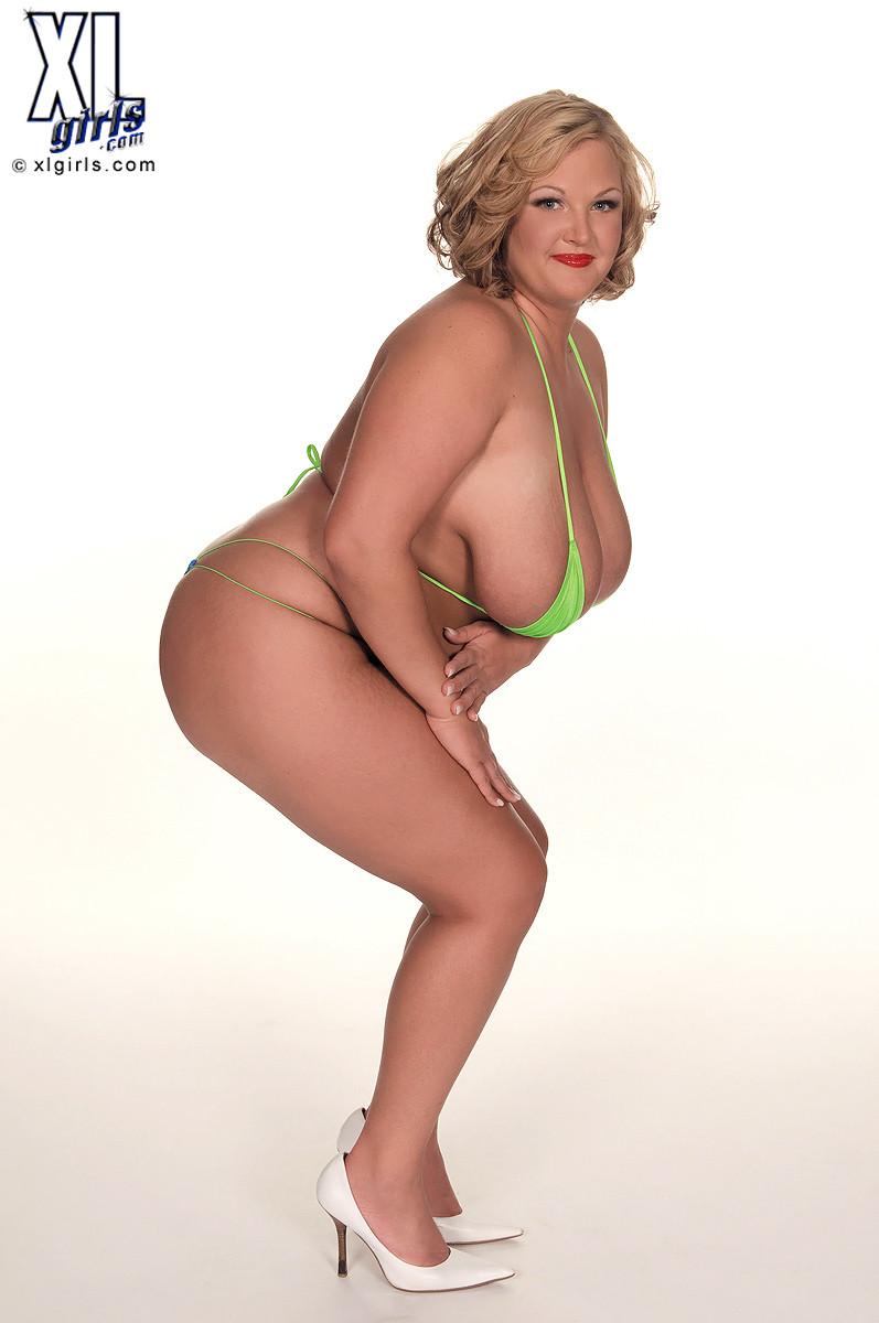 Толстячка Anna Kay позирует в бикини