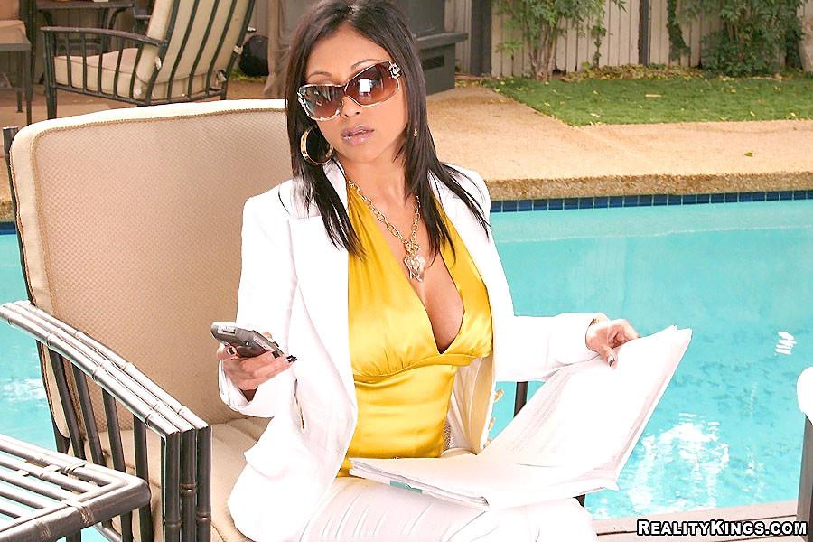 Знойная секретарша всегда рада потрахаться с боссом